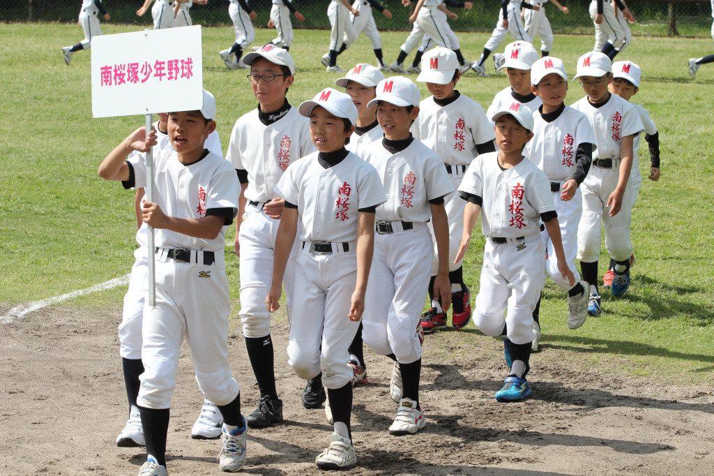公立の雄、桜塚高校のおひざ元より、南桜塚少年野球の入場です。君たちが生まれる約14年前、1990年には桜塚高校は夏の大阪大会で決勝戦に進出しました。