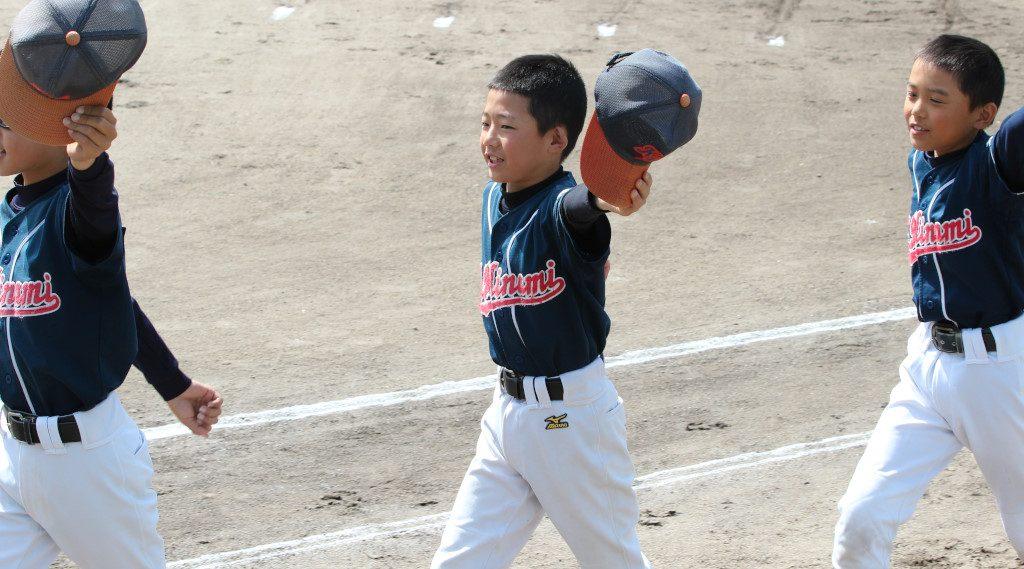 片山南少年野球部は入場行進で帽子を掲げるパフォーマンス!