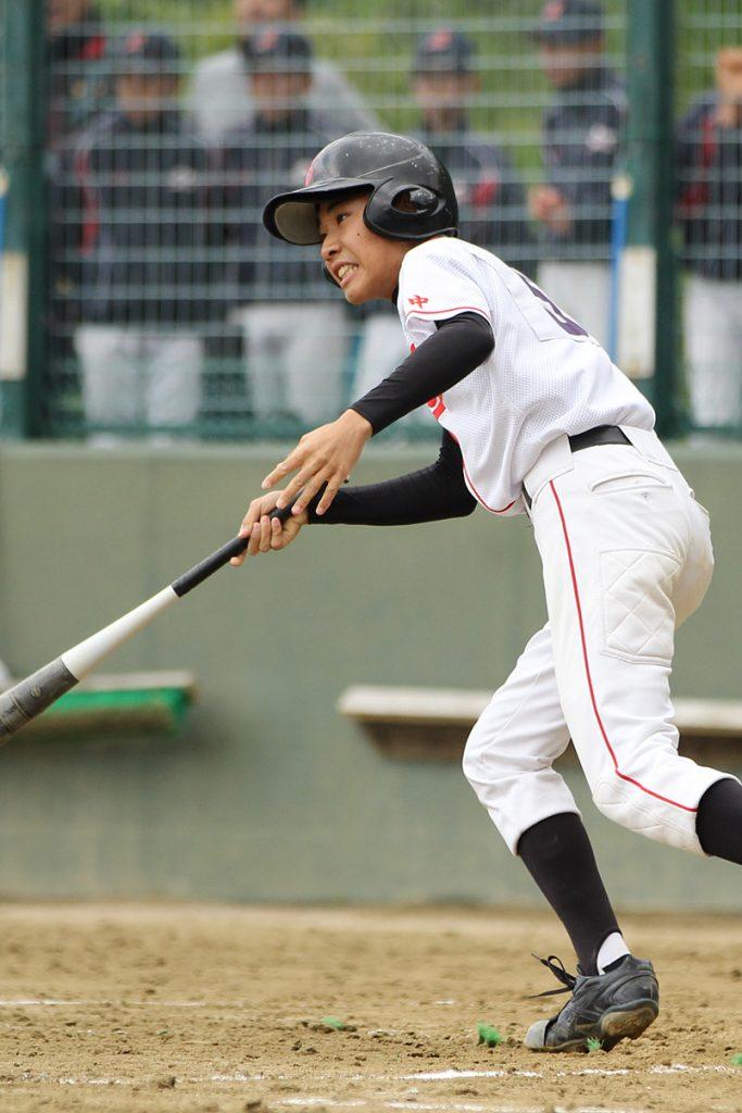 吹田五中主将の米田君が、4回表二死2、3塁から値千金の左前同点タイムリー!
