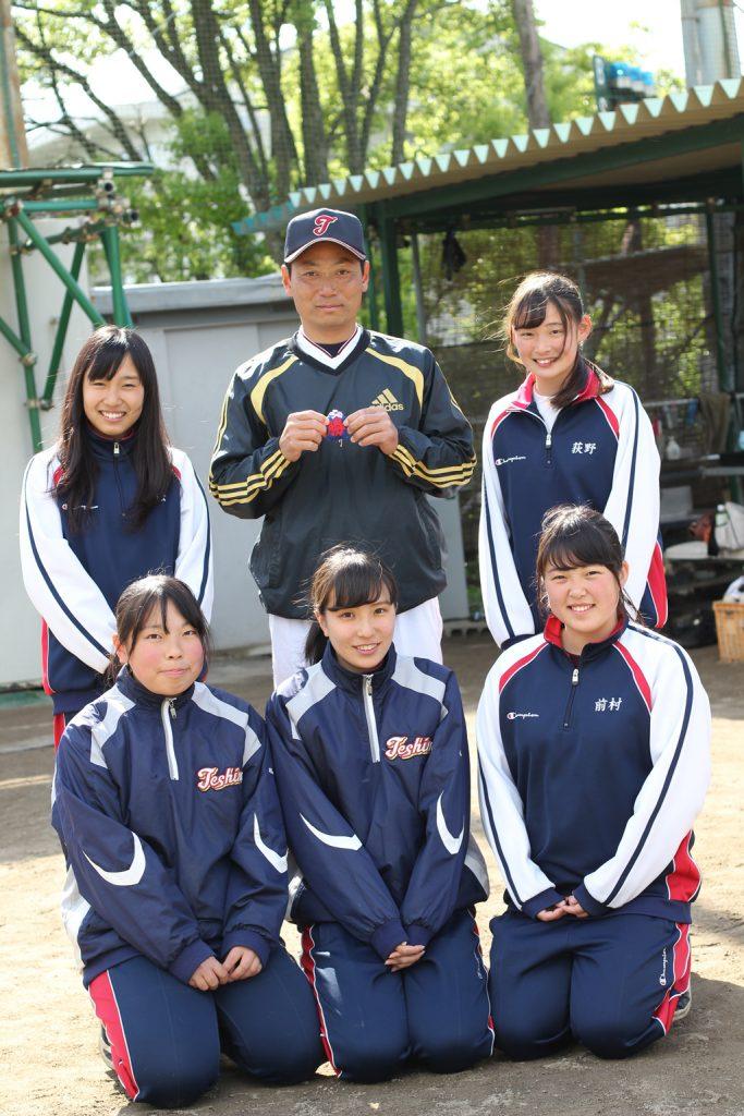 マネジャー手作りの「勝運御守」を、試合後に受け取った豊島田中新監督。「うれしいけど…試合の前に渡してもらえたら勝ってた」。これから長いお付き合いになります。よろしくお願いいたします