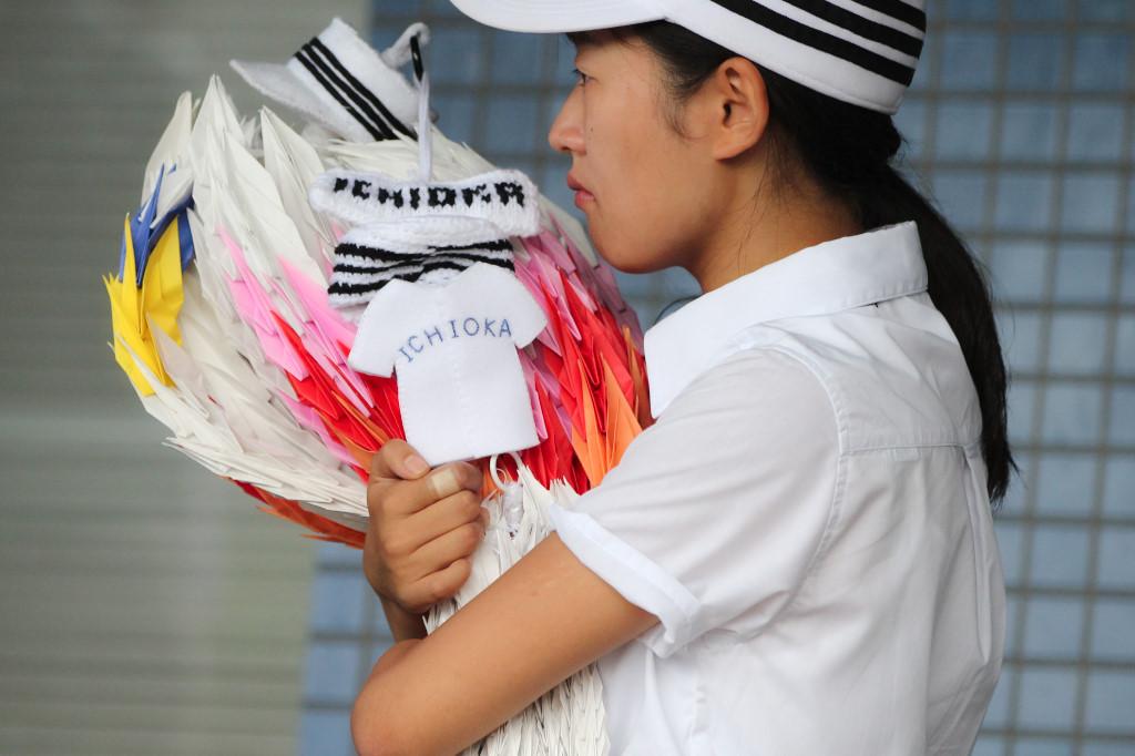 市岡のラストミーティング中、マネジャーは千羽鶴をずっと抱きしめていた