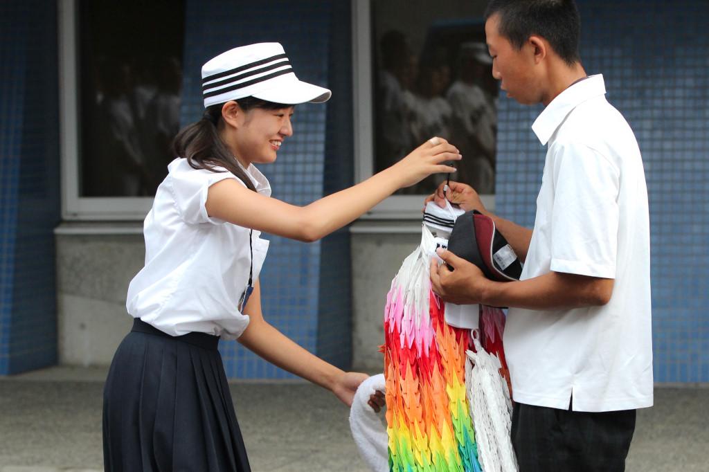 試合後のミーティングが終わった後、市岡のマネジャーから豊島へ千羽鶴が贈られた